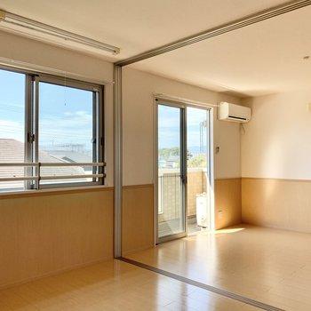 【洋室南側6帖】2部屋繋げると開放感があって気持ちいいです。