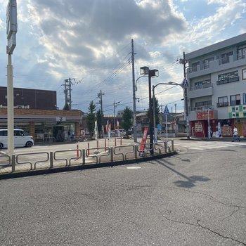 駅周辺にはコンビニが一軒。