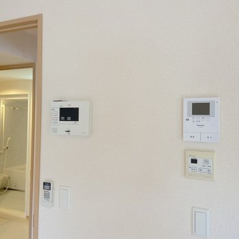 【LDK】モニタ付きのドアホンやセキュリティシステムが備わっています。