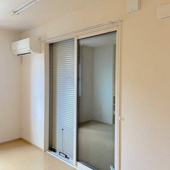 【LDK】窓にはシャッターも。