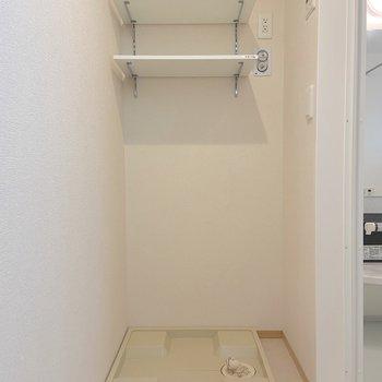 頭上の棚には洗剤やタオル類を収納できますね。