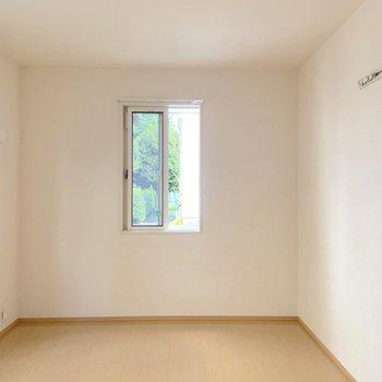 【洋室】こちらは寝室や書斎に使えます。