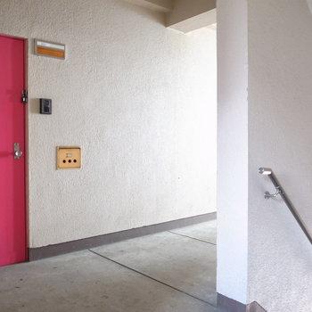 【共用部】お部屋は角部屋です。やっぱりドアが映えますね。