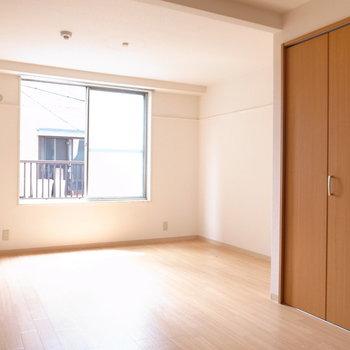 洋室は、寝室にしてはゆとりがありまくり。