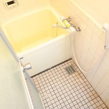 お風呂は据え置きとなります。追い焚き機能つき。