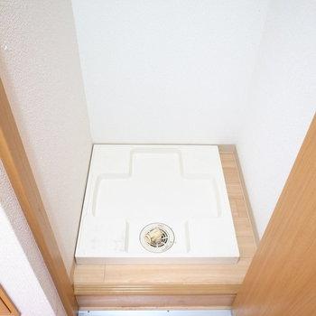 洗濯機置き場は…玄関のそば!