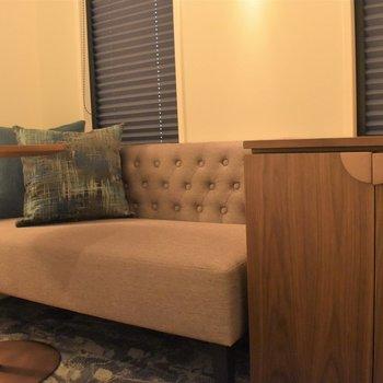 ソファにサイドテーブルもあるのでお食事も室内で問題なくできますよ。