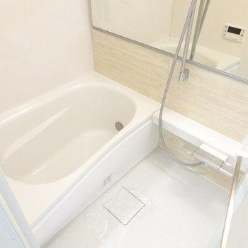 お風呂は追い焚きとオシャレな鏡付き(※写真は7階同間取り別部屋のものです)