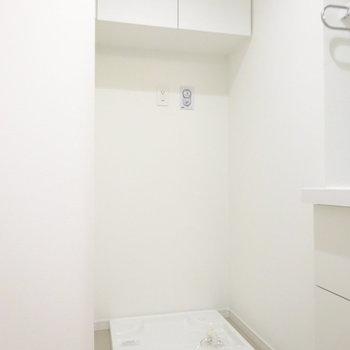 その左側に洗濯機を。ここも収納が嬉しいな〜(※写真は7階同間取り別部屋のものです)