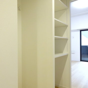 後ろには冷蔵庫スペースとまた収納!(※写真は7階同間取り別部屋のものです)
