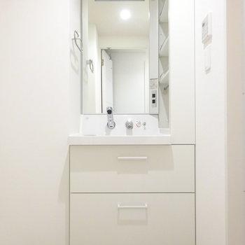 洗面台もスマート。収納が嬉しい!(※写真は7階同間取り別部屋のものです)