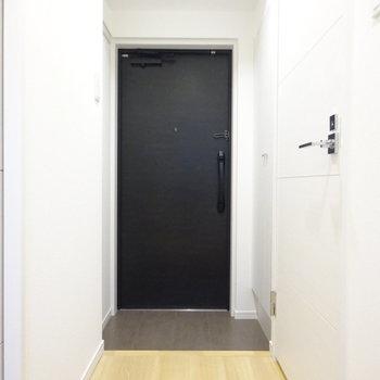 玄関もシンプル(※写真は7階同間取り別部屋のものです)