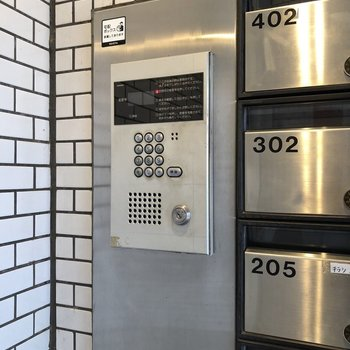 メールボックス横にオートロック操作盤。