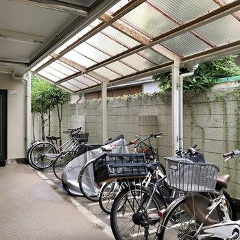 1階には屋根付きの駐輪場。オートロック内にあるのは嬉しいですね。