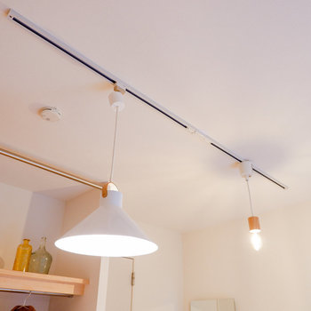 頭上にはライティングレールが伸びています。※家具はイメージです