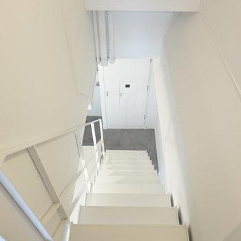 階段を降りて下階へ。