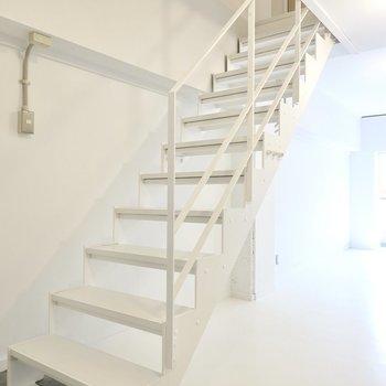 スケルトン階段を上がって上階へ。