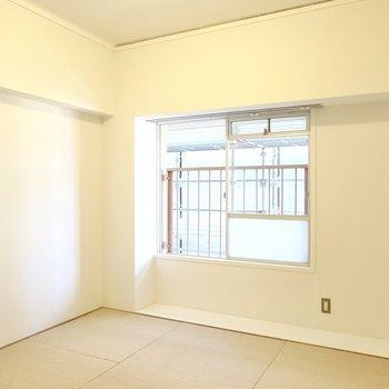 4.5帖の和室は窓が東向きで向かいに別棟の建物があるので、落ち着いた明るさの寝室向きのお部屋になっています。