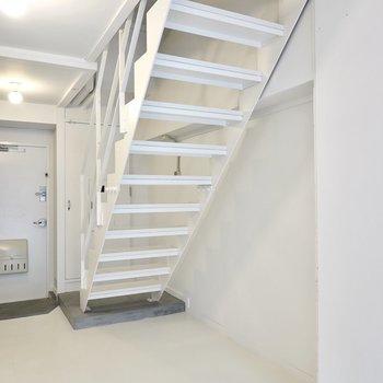 階段下にはハンガーラックを置いて、上着や荷物の一時置きにすると、帰ってすぐにご飯が食べられますね◎