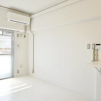 キッチン側の壁は無印良品のユニットシェルフを置いて、家電置き場やテレビラック、ディスプレイにすると◎
