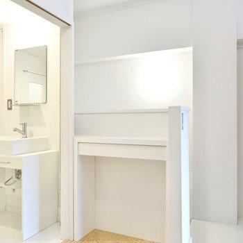 ドアの手前のカウンターは収納にもインテリアにも使えそう。