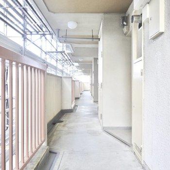 共用廊下の奥にお部屋はあります。