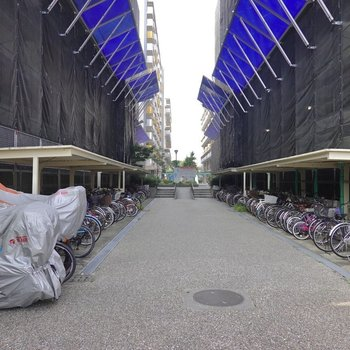 隣の建物との間にも駐輪場があります。