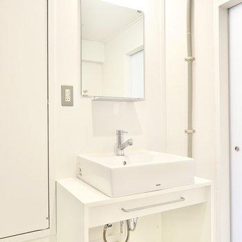 洗面台の下にも無印良品の収納が収まるよう設計されています。