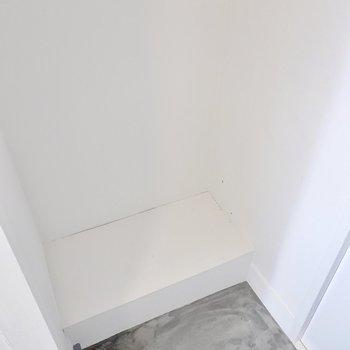 備え付けの靴箱はありませんが、タタキの奥にユニットシェルフを置いて靴箱として使うことができそうです。