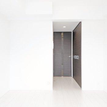 シックな茶色の扉が特徴です。※写真は5階の同間取り別部屋のものです