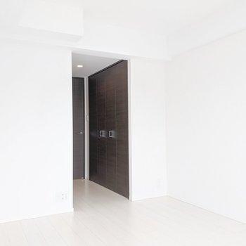 洋室入ってすぐにクローゼットあり。※写真は5階の同間取り別部屋のものです