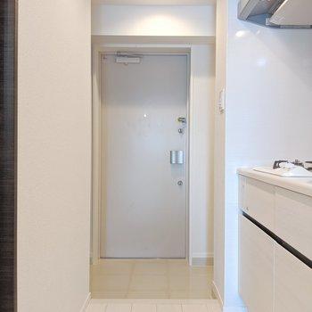 玄関右には物を置ける空間があります。※写真は5階の同間取り別部屋のものです
