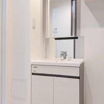 大きな鏡が特徴的な洗面所です。※写真は5階の同間取り別部屋のものです