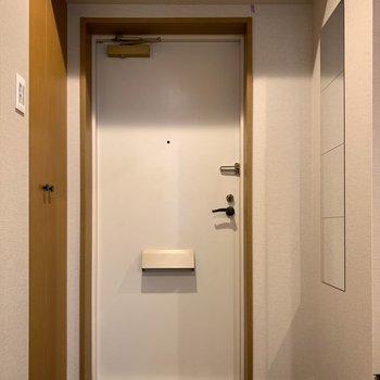 玄関には姿見鏡!お出かけ前にコーディネートチェックできますね。