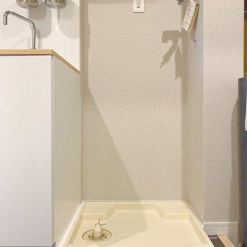 おとなりに洗濯機置場。上部に棚付きです。