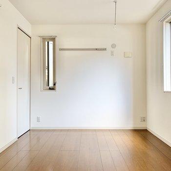 【洋室】約6帖の洋室。寝室や書斎にどうぞ。