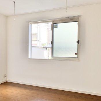【洋室】窓付きなので換気もOK。