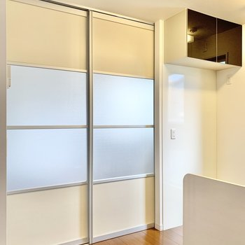 【LDK】裏にはスライドドアが。開けると洋室に繋がってます。