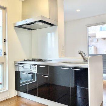 【LDK】対面式のキッチン。ご飯を運ぶ際は便利ですね。
