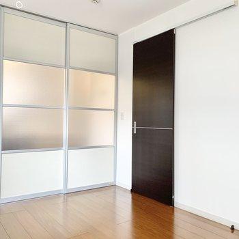 【洋室】ドアの方は玄関に繋がってます。