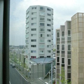 モノレールぞ沿いにそびえる白い塔