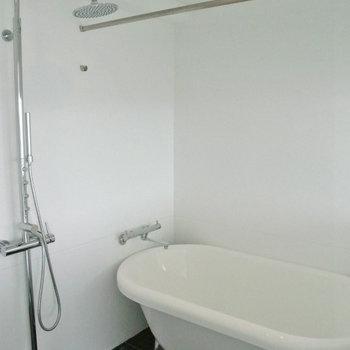 お風呂は黒のタイルでアクセント。シャワーの形がなんかおしゃれ※写真は10階同間取り・別部屋のものです