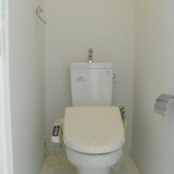 トイレにはウォシュレットつき。※写真は10階同間取り・別部屋のものです
