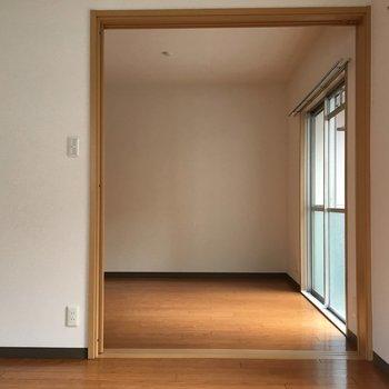お隣の洋室へ※写真は4階反転間取り・別部屋のものです