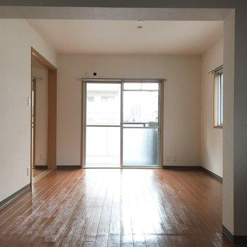 南向きの明るいリビングは※写真は4階反転間取り・別部屋のものです