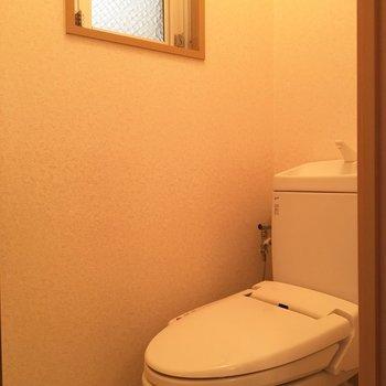 トイレにも小窓!そしてウォシュレット付き※写真は4階反転間取り・別部屋のものです