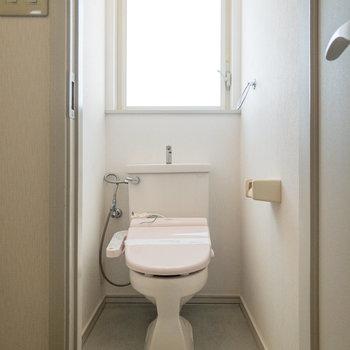個室トイレ。窓があるので明るいんです。※写真は前回募集時のものです