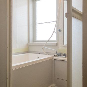 浴室にも窓があるので換気がスムーズに。※写真は前回募集時のものです