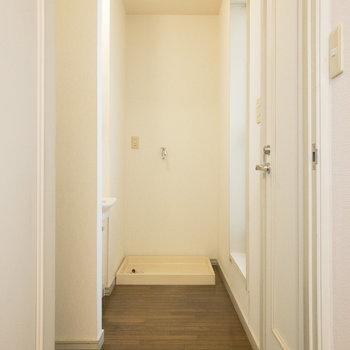 約5帖の洋室の正面には洗濯機置き場が。右側には個室トイレがあります。※写真は前回募集時のものです