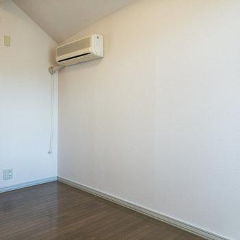 【洋室約5帖】エアコンが付いているのは嬉しいポイント。